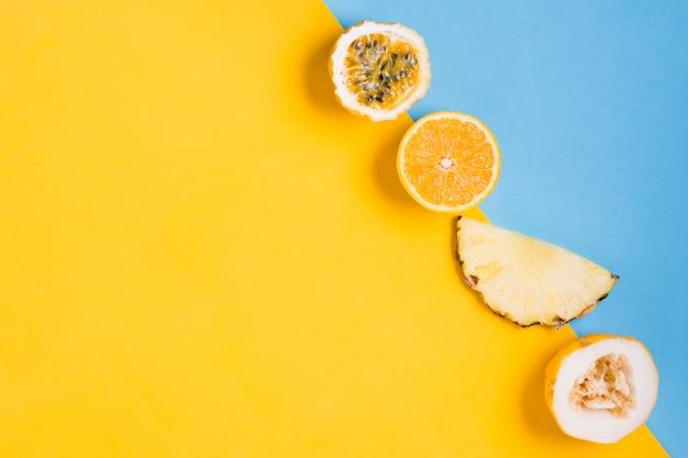 Draufsicht köstliche exotische früchte mit kopierraum