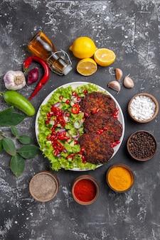 Draufsicht köstliche fleischkoteletts mit frischem salat