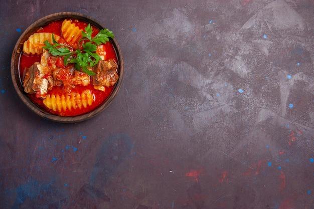 Draufsicht köstliche fleischsoße mit gemüse und in scheiben geschnittenen kartoffeln auf der dunklen oberflächensoße, suppenmahlzeit, abendessengericht