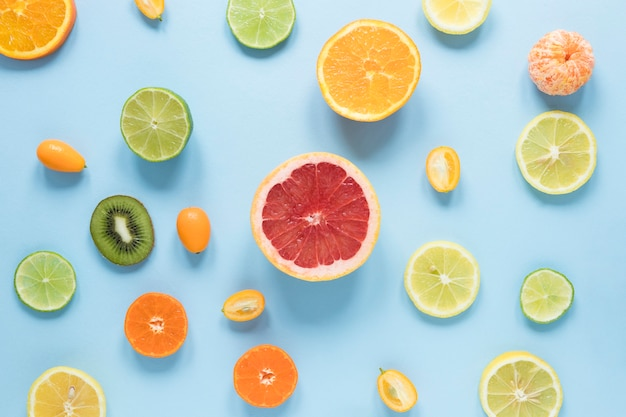 Draufsicht köstliche früchte auf dem tisch