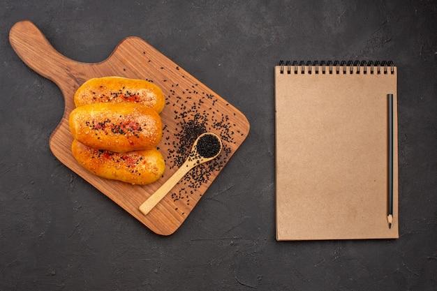Draufsicht köstliche gebackene pastetchen auf grauem hintergrund fleischpastete gebäckkuchen backen ofen