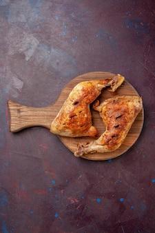 Draufsicht köstliche gebratene hühnchen gekochte fleischscheiben auf dunklem raum