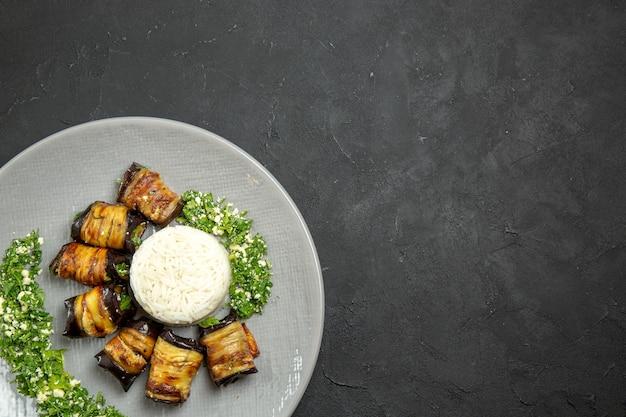 Draufsicht köstliche gekochte auberginen mit grüns und reis auf dunkler oberfläche abendessen essen speiseöl reismehl