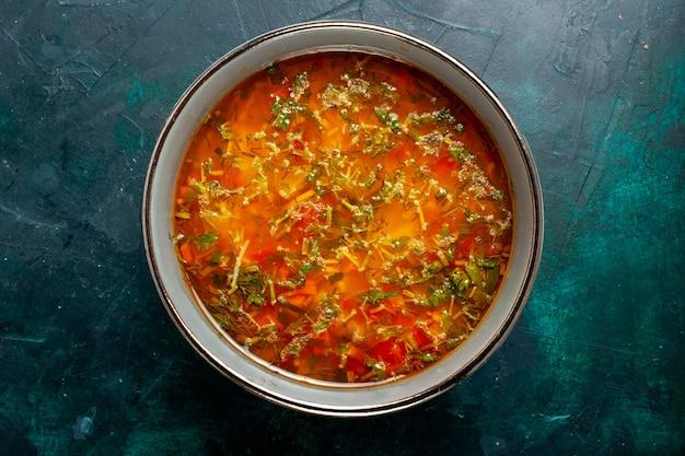 Draufsicht köstliche gemüsesuppe innerhalb platte auf dunkelgrüner oberfläche lebensmittelgemüse zutaten suppe produkt mahlzeit
