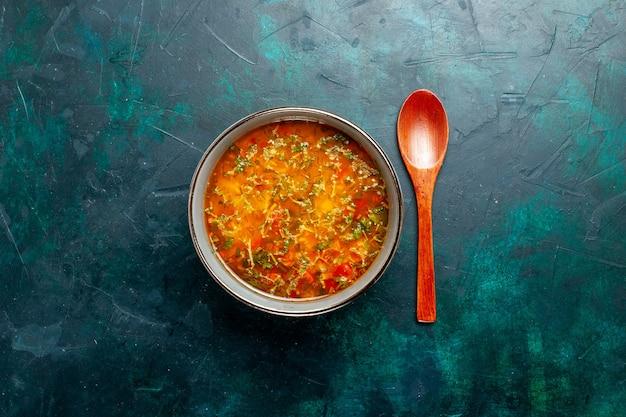Draufsicht köstliche gemüsesuppe innerhalb platte auf grünem hintergrund lebensmittelgemüse zutaten suppenprodukt mahlzeit