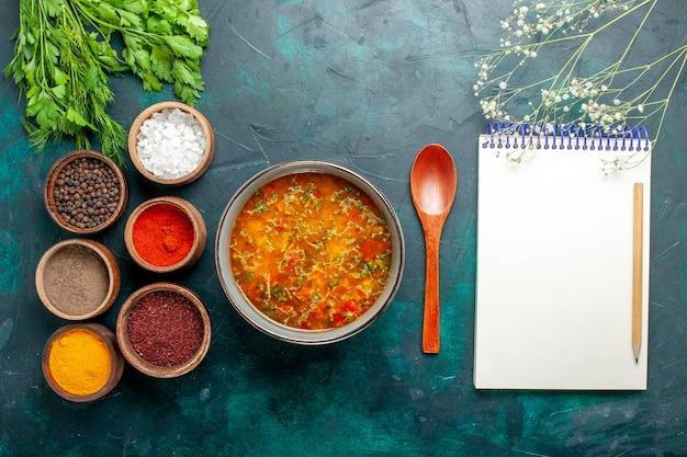Draufsicht köstliche gemüsesuppe mit gewürzen auf grünem schreibtisch essen gemüse zutaten suppe produkt mahlzeit