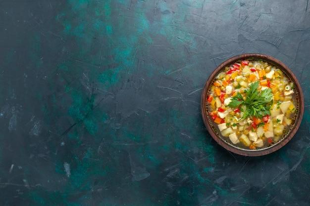 Draufsicht köstliche gemüsesuppe mit verschiedenen bestandteilen innerhalb des braunen topfes auf der dunklen schreibtischsuppe gemüsesauce mahlzeit essen warmes essen