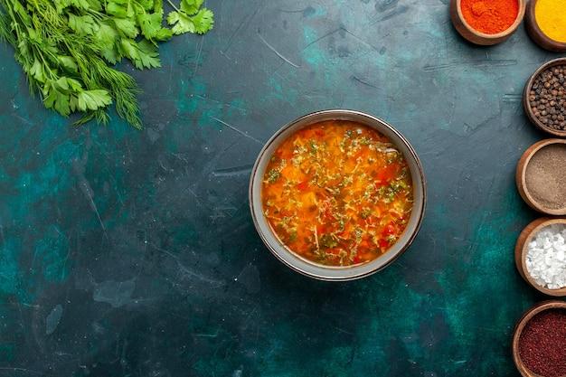 Draufsicht köstliche gemüsesuppe mit verschiedenen gewürzen auf dunkelgrünem schreibtischnahrungsmittelmahlzeitgemüsezutatsuppenprodukt