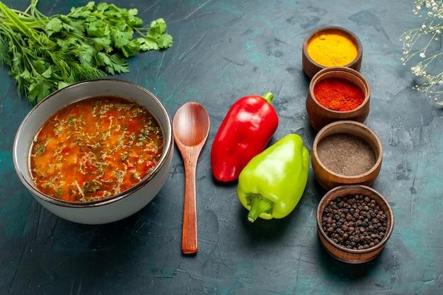 Draufsicht köstliche gemüsesuppe mit verschiedenen gewürzen auf dunkelgrüner oberfläche lebensmittel mahlzeit gemüse zutaten suppenprodukt