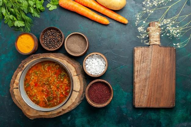 Draufsicht köstliche gemüsesuppe mit verschiedenen gewürzen auf dunkelgrüner oberfläche lebensmittelgemüse zutaten suppe produkt mahlzeit