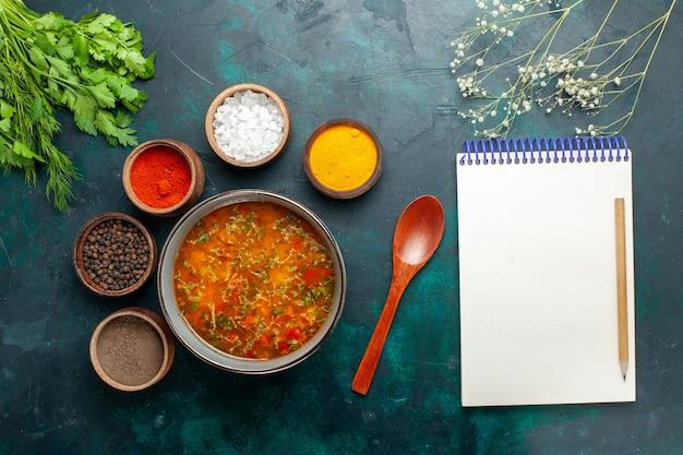 Draufsicht köstliche gemüsesuppe mit verschiedenen gewürzen auf grauer oberfläche lebensmittel mahlzeit gemüsesuppe zutaten produkt