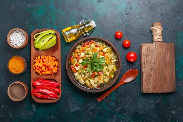 Draufsicht köstliche gemüsesuppe mit verschiedenen zutaten und gewürzen auf dunkler schreibtischsuppe gemüsesauce essen warme mahlzeit mahlzeit