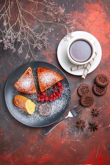 Draufsicht köstliche geschnittene torte mit roten beeren auf dunklem bodenkuchen süßer tortentee