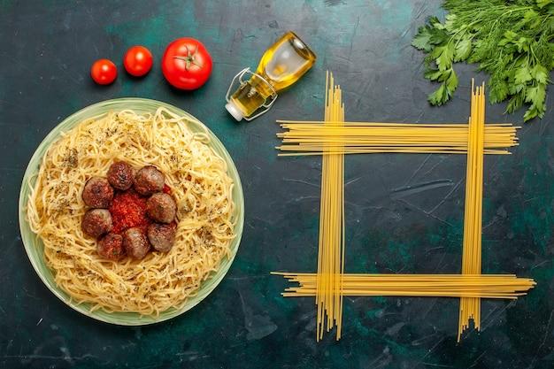 Draufsicht köstliche italienische pasta mit fleischbällchen und tomatensauce auf dem dunkelblauen hintergrund teig pasta mahlzeit gericht abendessen essen italien