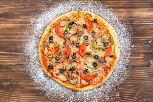 Draufsicht köstliche käsepizza auf brauner holzoberfläche