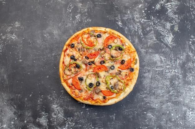 Draufsicht köstliche käsepizza auf grauer oberfläche