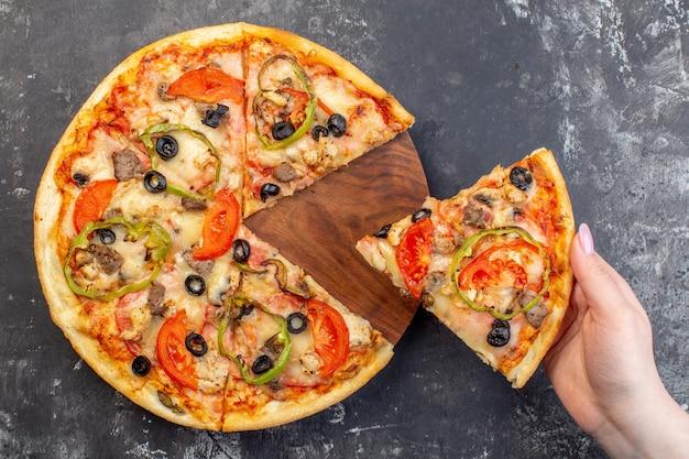 Draufsicht köstliche käsepizza geschnitten und für frau auf grauer oberfläche serviert