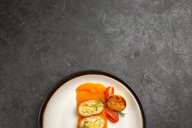 Draufsicht köstliche kartoffelpasteten mit kürbis im teller auf dunkelgrauem hintergrund ofen backen farbe gericht abendessen scheibe
