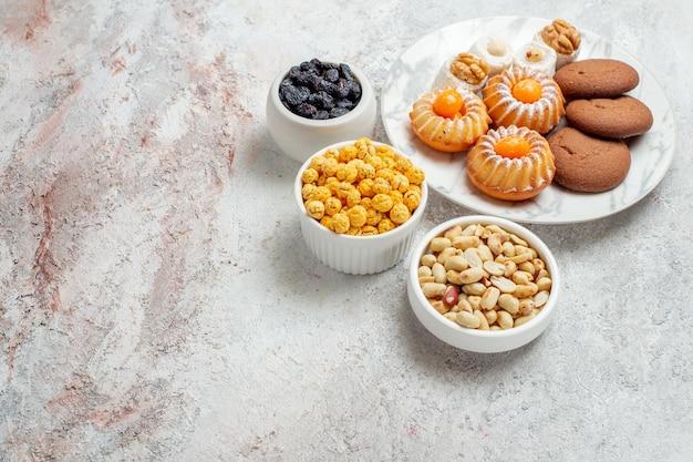 Draufsicht köstliche kekse mit bonbons auf weißem hintergrund keks keks süßer kuchen zucker tee