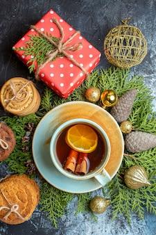 Draufsicht köstliche kekse mit tasse tee