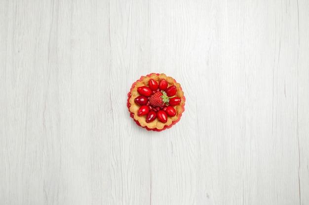 Draufsicht köstliche kleine kuchen mit früchten auf weißem schreibtisch Kostenlose Fotos