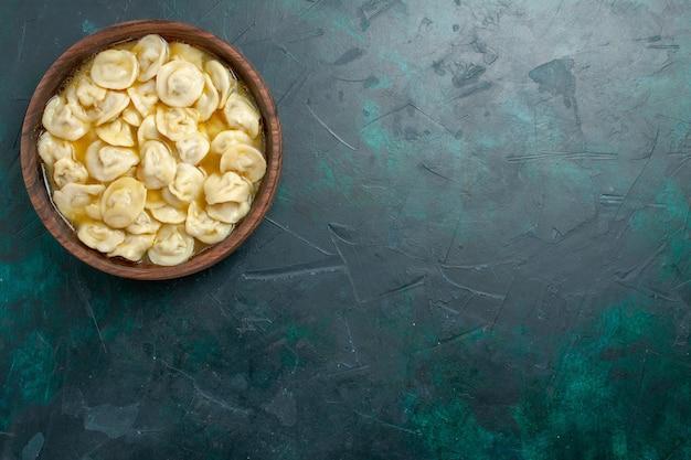 Draufsicht köstliche knödelsuppe innerhalb der braunen platte auf dunkelgrünem hintergrundlebensmittelteiggemüsesuppenfleisch