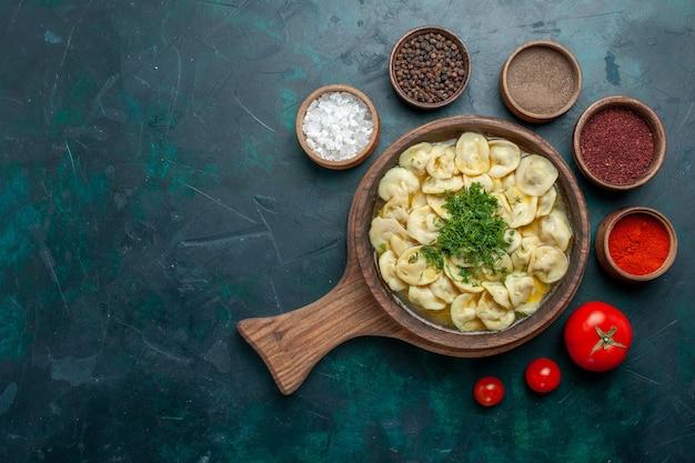 Draufsicht köstliche knödelsuppe mit grün auf grünem hintergrund fleischgemüse teig lebensmittelsuppe