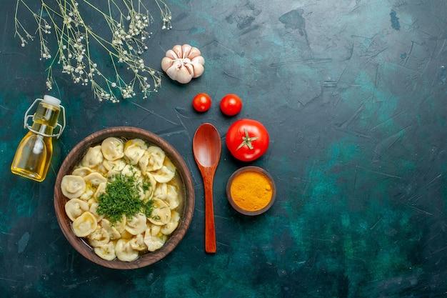 Draufsicht köstliche knödelsuppe mit öl und tomaten auf grünem hintergrundnahrungsmittelsuppe teigfleisch