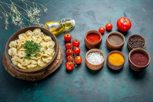 Draufsicht köstliche knödelsuppe mit verschiedenen gewürzen auf der grünen oberfläche teigmahlzeitsuppe fleischnahrung