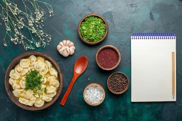 Draufsicht köstliche knödelsuppe mit verschiedenen gewürzen auf dunkelgrüner schreibtischsuppe essen fleisch gemüseteig