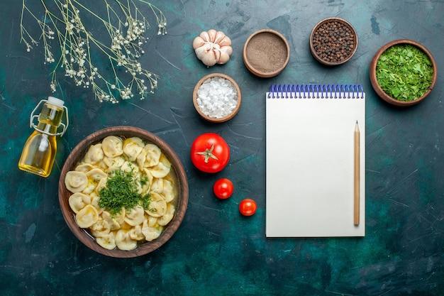 Draufsicht köstliche knödelsuppe mit verschiedenen gewürzen auf grünem schreibtisch essen mahlzeit suppe teig fleisch