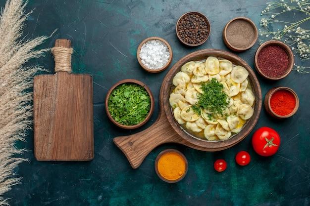 Draufsicht köstliche knödelsuppe mit verschiedenen gewürzen auf grüner oberfläche essen fleisch gemüse teigsuppe