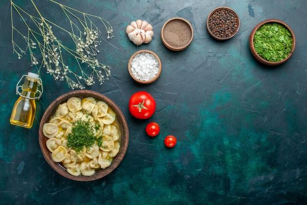 Draufsicht köstliche knödelsuppe mit verschiedenen gewürzen auf grüner wandnahrungsmittelsuppe teigefleisch