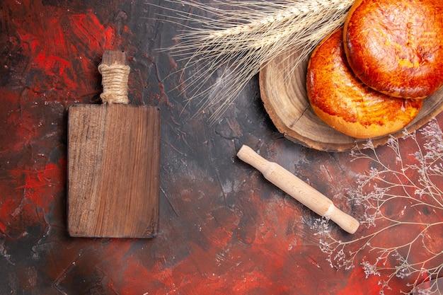 Draufsicht köstliche kuchen für tee auf dem dunklen tischkuchengebäck süßer kuchen