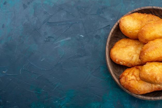 Draufsicht köstliche kuchen mit fleischfüllung auf dunkelblauem schreibtischteigkuchenbrötchenfutter