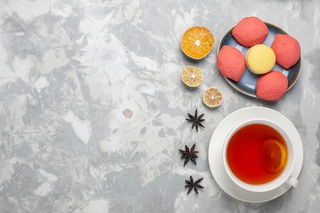 Draufsicht köstliche kuchen mit tasse tee auf weißem hintergrund kuchen kuchen keks süßer zucker tee backen
