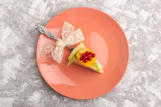 Draufsicht köstliche kuchenscheibe mit aprikosenscheiben-pfirsichplatte auf dem weißen hintergrundkuchen-kekszucker-süßer teigauflauf