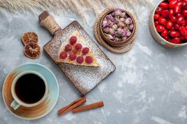 Draufsicht köstliche kuchenscheibe mit tasse tee auf dem weißen schreibtischkuchenkeks süßer zuckerauflauf