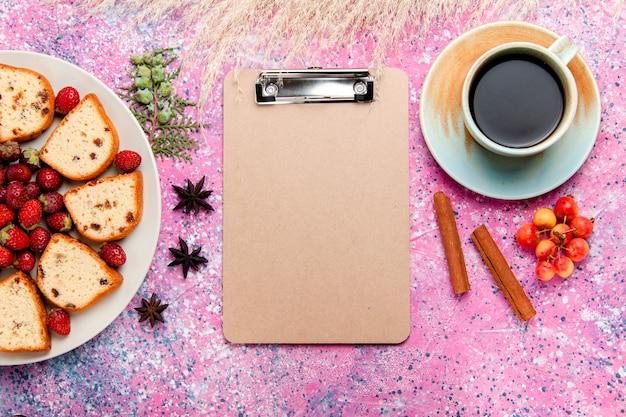 Draufsicht köstliche kuchenstücke mit frischen roten erdbeeren und kaffee auf rosa schreibtischkuchen backen süße keksfarbe kuchenzuckerplätzchen