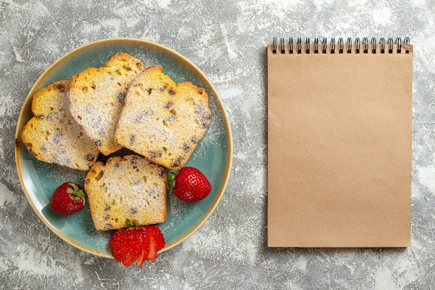 Draufsicht köstliche kuchenstücke mit früchten auf leichtem schreibtisch obstkuchen kuchen süß