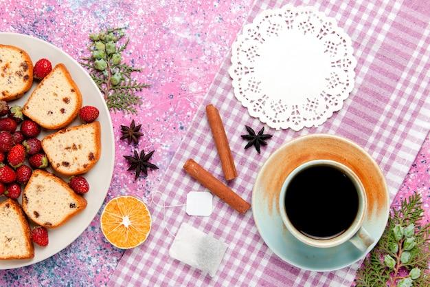 Draufsicht köstliche kuchenstücke mit kaffee und frischen roten erdbeeren auf rosa schreibtischkuchen backen süßen keksfarbkuchenkuchenzucker