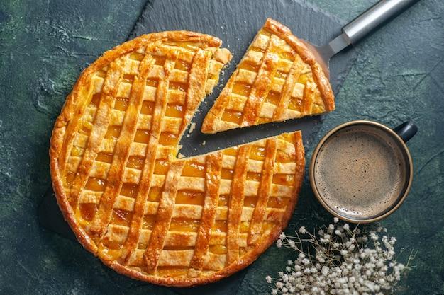 Draufsicht köstliche kumquat-torte mit geschnittenem ein stück auf einem dunkelblauen hintergrund