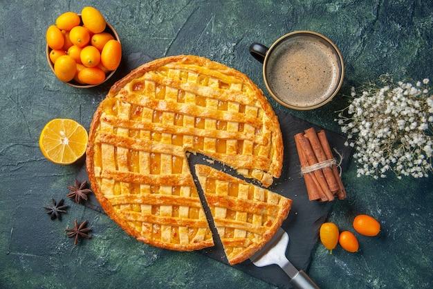 Draufsicht köstliche kumquat-torte mit geschnittenem stück und kaffee auf dunklem hintergrund