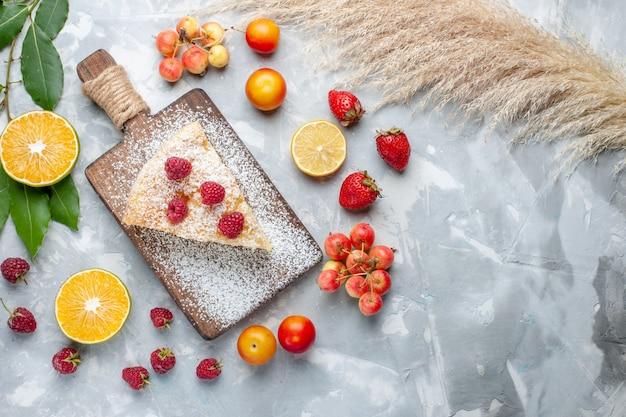 Draufsicht köstliche leckere kuchenscheibe mit früchten auf leichtem schreibtischzuckerkuchen mit süßem kuchen