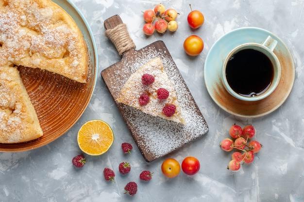 Draufsicht köstliche leckere torte mit frischen früchten auf dem leichten schreibtischzuckerkuchen mit süßer torte