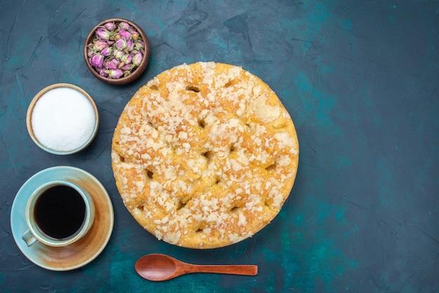 Draufsicht köstliche leckere torte süß und gebacken mit tee auf dem dunklen hintergrund tortenkuchen zucker süßer keks