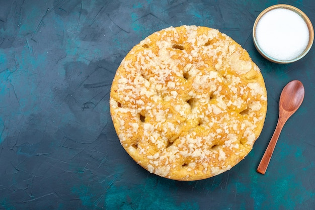 Draufsicht köstliche leckere torte süß und gebacken mit zucker auf dem dunklen hintergrund tortenkuchen zucker süßer keks