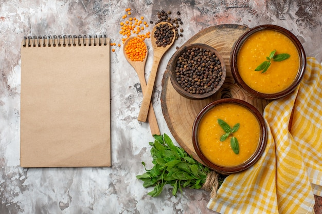 Draufsicht köstliche linsensuppe in tellern auf der hellen oberfläche farbe samen pflanzensuppe essen gericht foto brot heiß