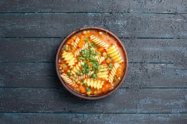 Draufsicht köstliche nudelsuppe mit gemüse und gemüse im teller auf dem dunklen schreibtischgericht italienisches nudelsuppenessen