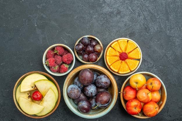 Draufsicht köstliche obstzusammensetzung frische früchte auf dunklem hintergrund reife frische gesundheitsdiätfrüchte mellow